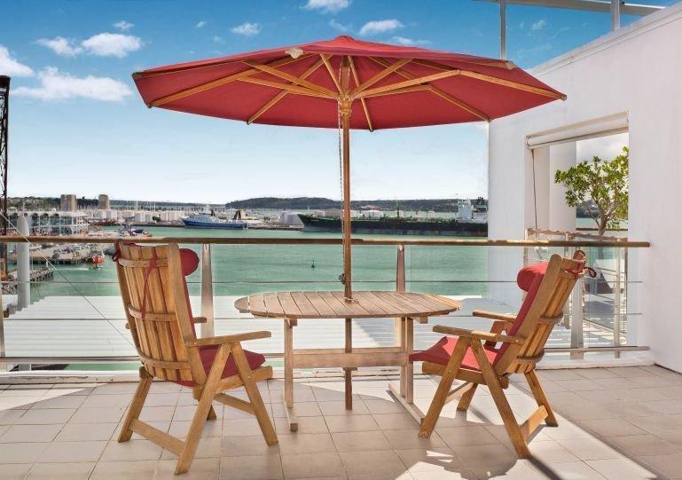 Mooi zonnig terras met uitzicht op de haven.