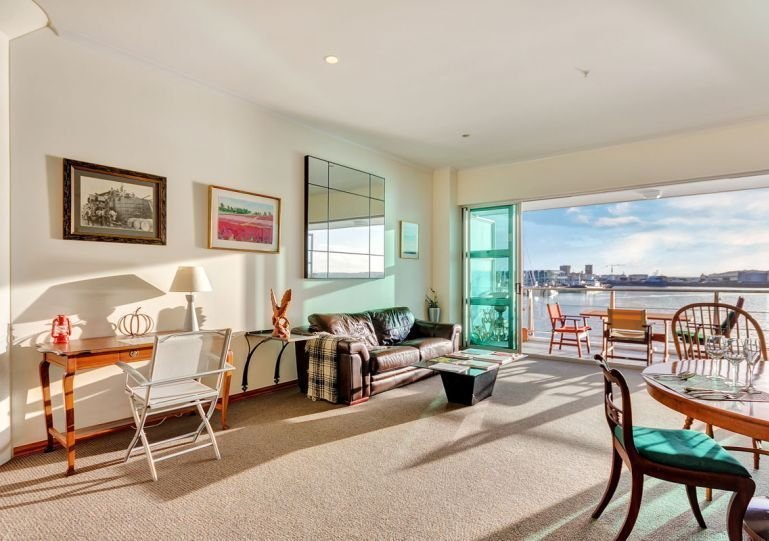 Luminoso y espacioso salón y comedor con paquete wifi ilimitado y gran televisor inteligente incluido.