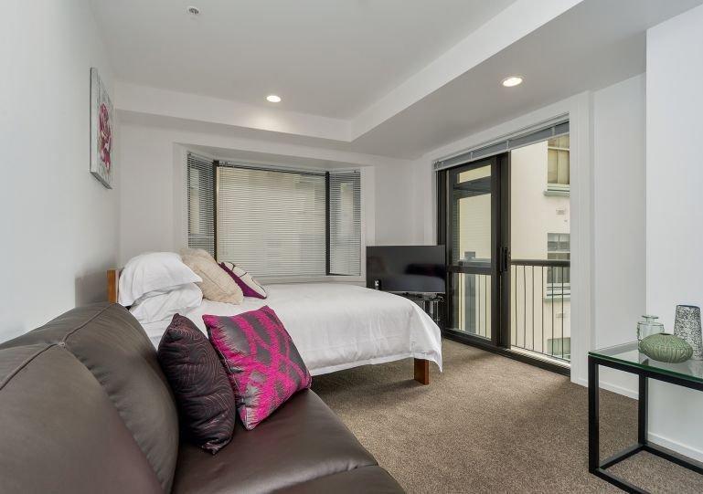 Sala de estar de planta abierta con un gran sofá cómodo