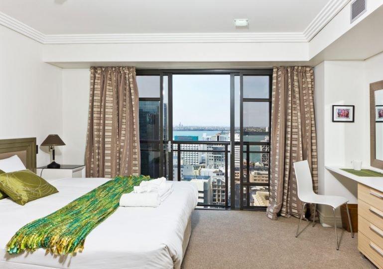 Dormitorio soleado y espacioso con cama superking