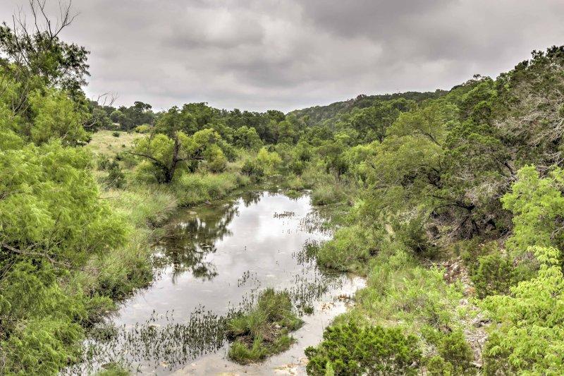 La rivière qui coule près de la propriété offre aux clients un lieu de détente.