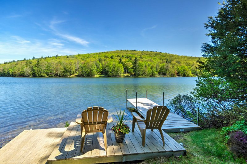 Waterfront Newbury Cottage w/Deck by Lake Sunapee!, holiday rental in Henniker