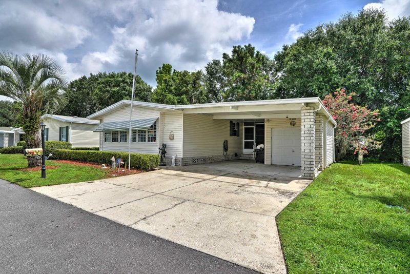 The home sleeps up to 6 guests, and is just a 30-minute drive from Disney and other neighboring attractions, making it a great home base for a family to enjoy!