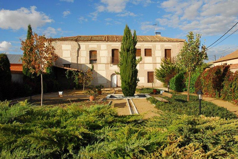 Casa rural de alquiler completo de 500 m2, cerca de Arévalo. Antiguo palacio., holiday rental in Nava de Arevalo