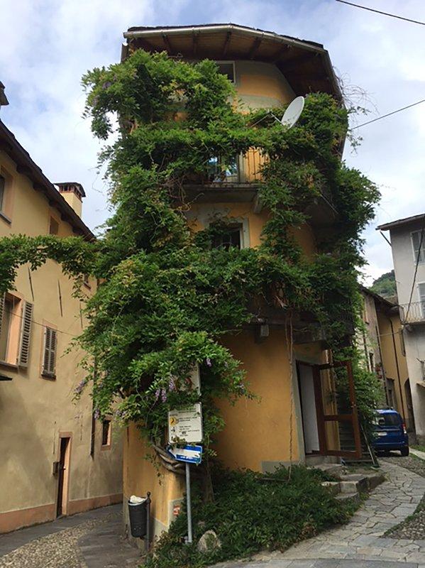 Grande appartamento in pittoresca casa nel centro storico di Varallo, holiday rental in Valdilana
