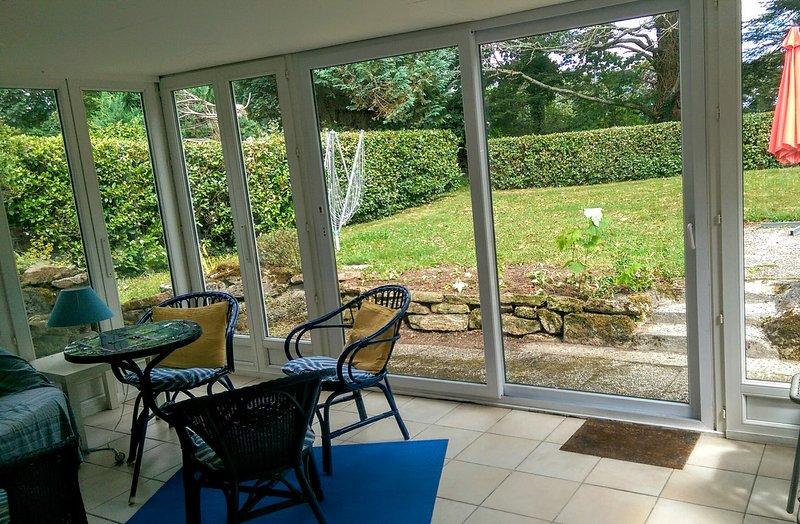 Uitzicht over een eigen tuin met BBQ en een terras.