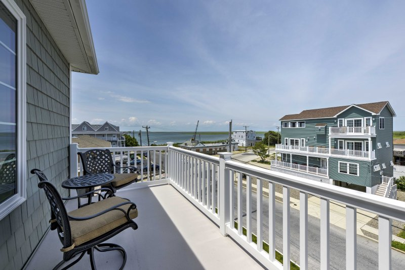 Retreat to scenic views of the bay at this vacation rental in Brigantine!