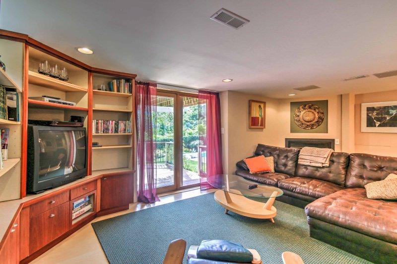 Desparramarse sobre este sofá seccional cómodo delante de la televisión por satélite.