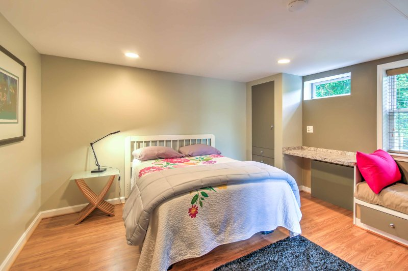 El segundo dormitorio cuenta con una cama de tamaño completo.