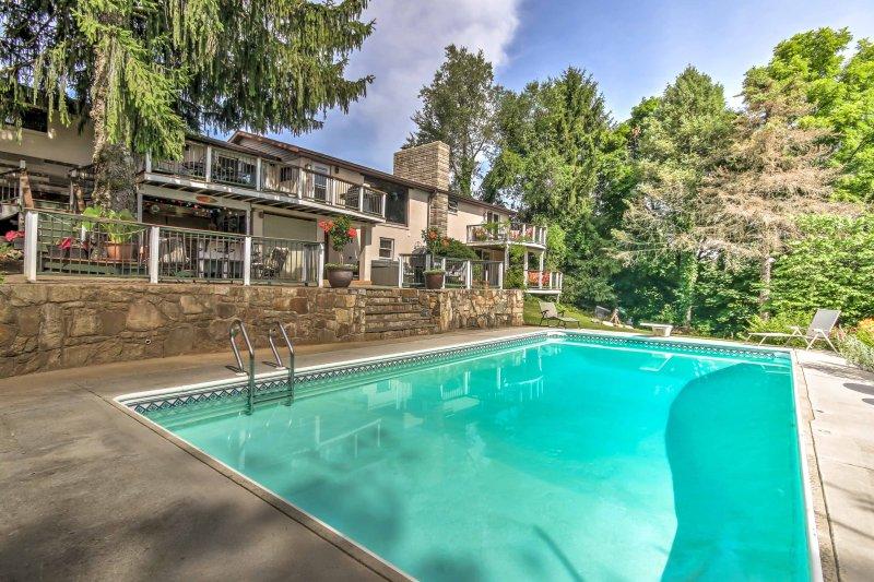 Disfrutar de un baño en esta piscina, compartida con los propietarios.
