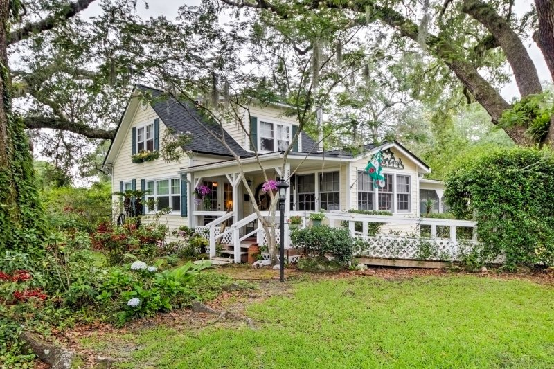 You're sure to have a relaxing Florida getaway at this tranquil Middleburg vacation rental home, situated on a large plot of lush land.
