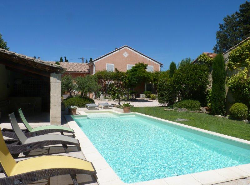 Vue du Mas et du jardin depuis la piscine