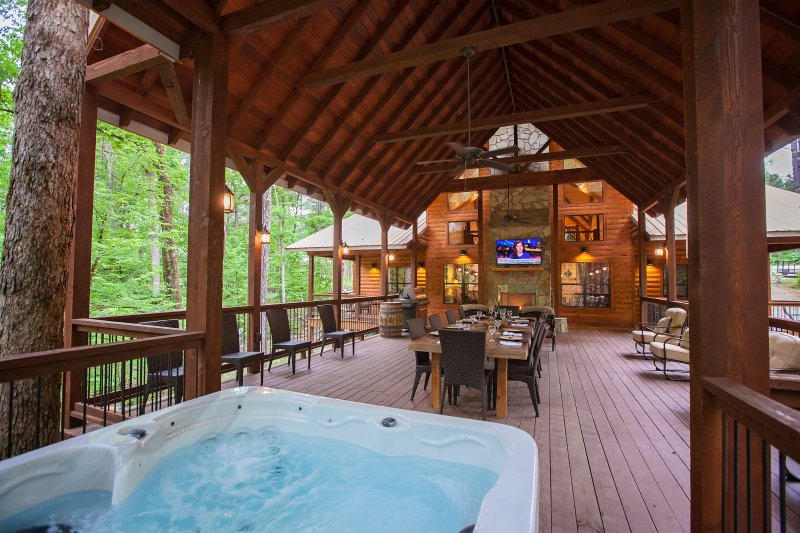 Copper Spa Lodge (Sleeps 14, 3 Master, 1 Bunk Room, Games, Wet Steam Room), holiday rental in Broken Bow