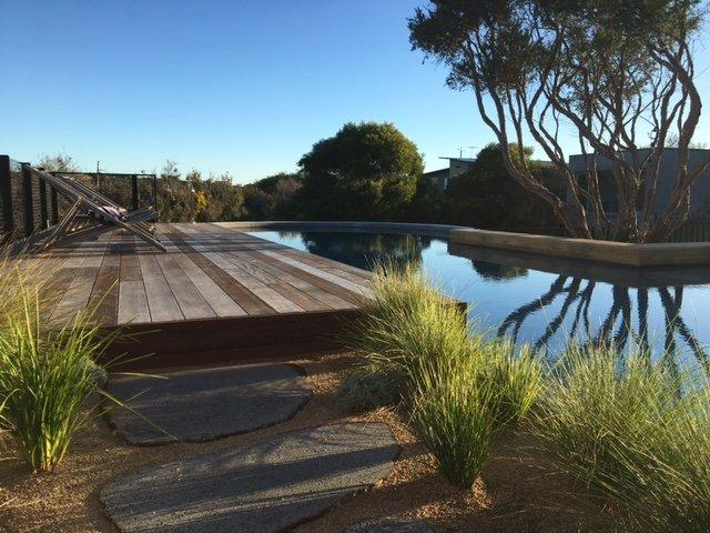 piscine de 17 mètres avec zone peu profonde et généreuse spa chauffé