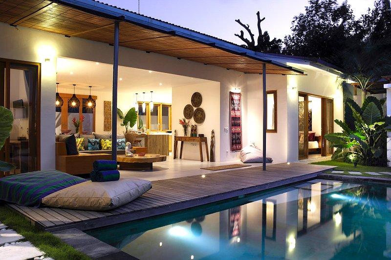 La vue de la villa au coucher du soleil. Belle villa accueillante conçue.