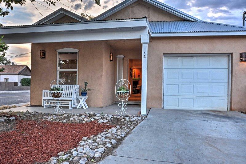 Plan uw volgende New Mexico ontsnapping naar 'Casa Sarah', een 2 slaapkamers, 2 badkamers vakantiewoning huis in Albuquerque.