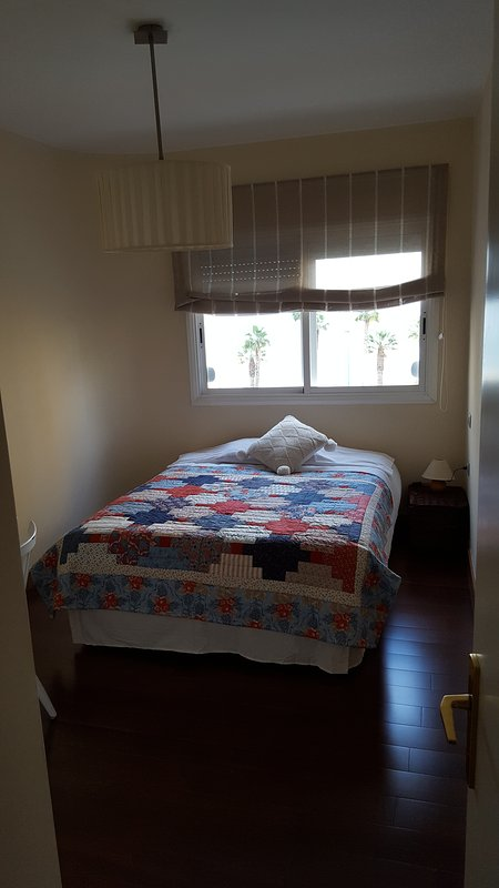 Sovrummet Säng placerad under fönstret