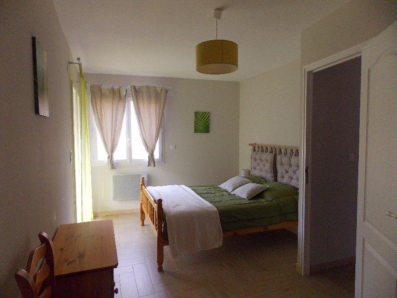 Quarto principal com quarto de vestir e acesso ao terraço coberto de madeira