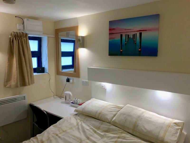 Double Ensuite Self Contained Room at 1 Graig Rd. Llandysul SA444DY – semesterbostad i Llandysul