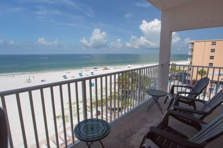 Outstanding Corner Unit in the Sea Breeze Resort!, location de vacances à Madeira Beach