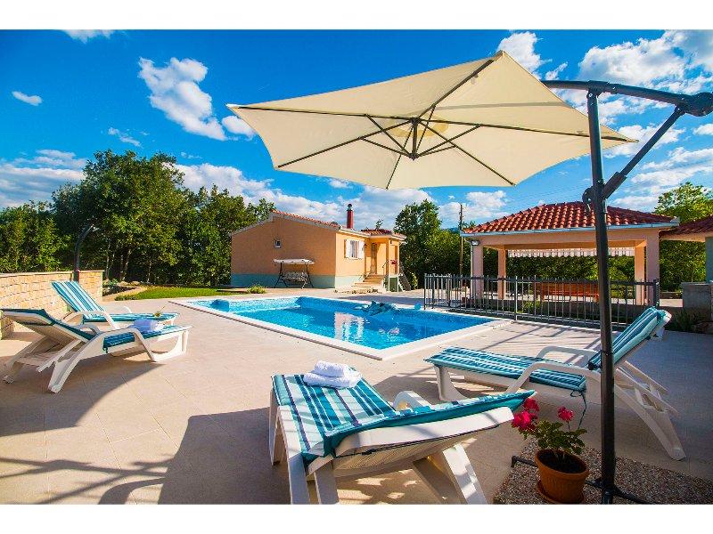 VILLA  KATJA with private pool,free bicycles,30 minutes drive to Split/or Omiš, holiday rental in Ugljane