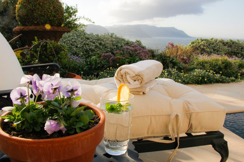 La Pergola Garden Suite with pool, and stunning views, holiday rental in Simon's Town