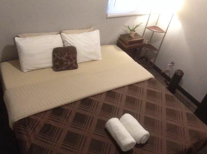 Rey cama de espuma de memoria con toallas limpias!