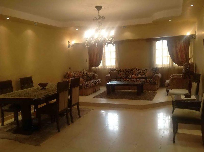 Cozy 2BD apartment infront of Holiday Inn City Stars, casa vacanza a Governatorato del Cairo