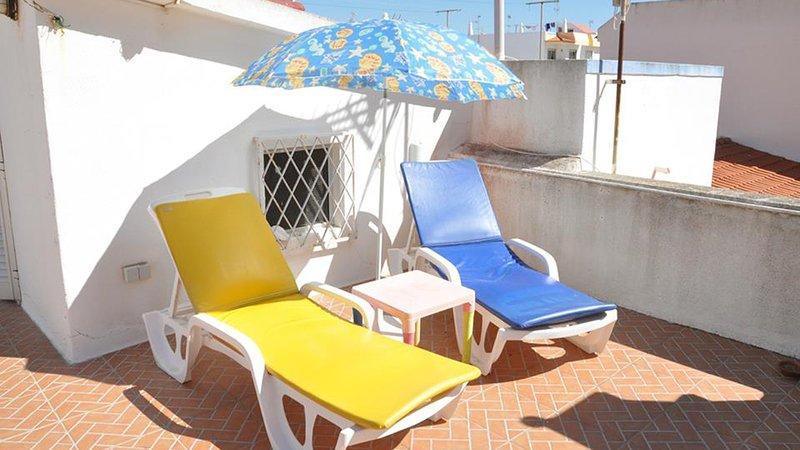 La terraza del tejado con sillas de la terraza.