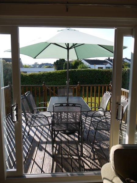 Las puertas corredizas de patio que conducen a la cubierta frontal para cenar al aire libre.