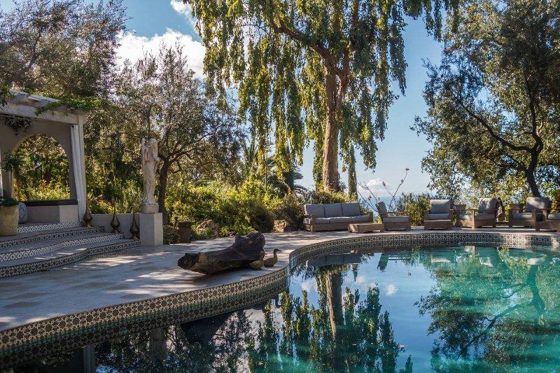 Triple Oxigenada Saline piscina y jacuzzi con impresionantes vistas al mar