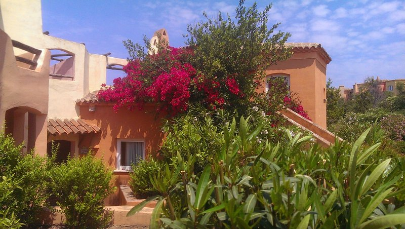 Walk to Beach in 6 mins from Cottage Apartment with Terrace, casa vacanza a La Marinedda