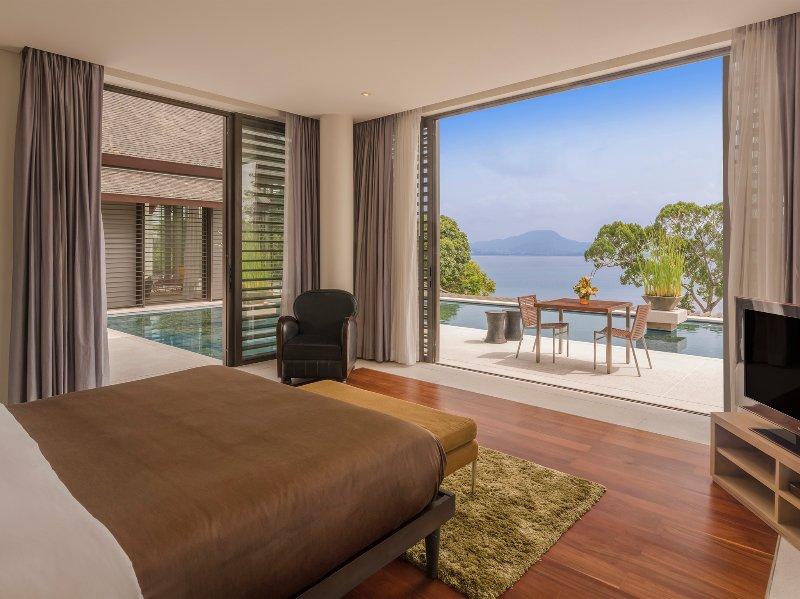 Baan Maprao - Schlafzimmer mit Blick auf den Pool