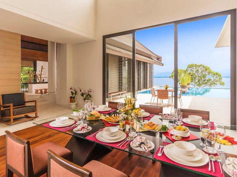 Baan Maprao - Indoor Restaurants mit Blick auf den Pool