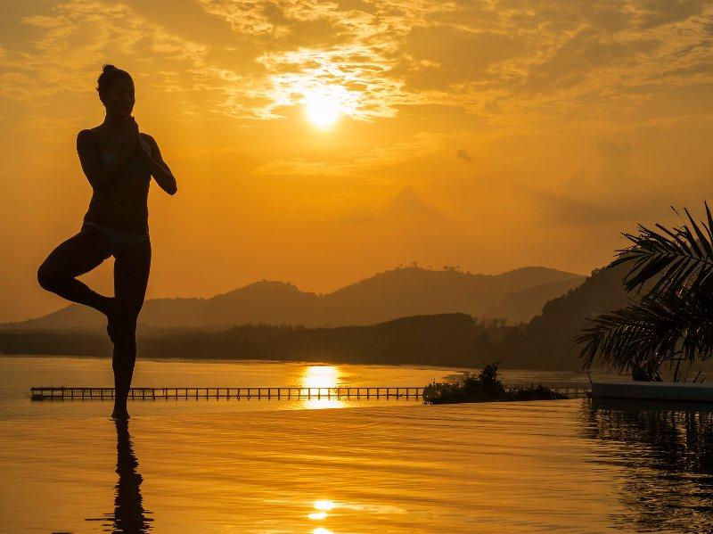 Baan Maprao - Pool-Yoga in der Dämmerung