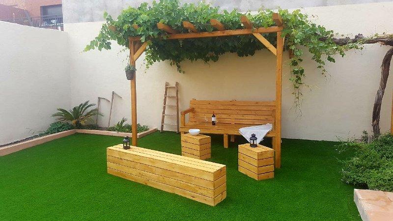 Casita planta baja, acojedora y con encanto. Gran patio trasero con césped artif, holiday rental in Rellinars