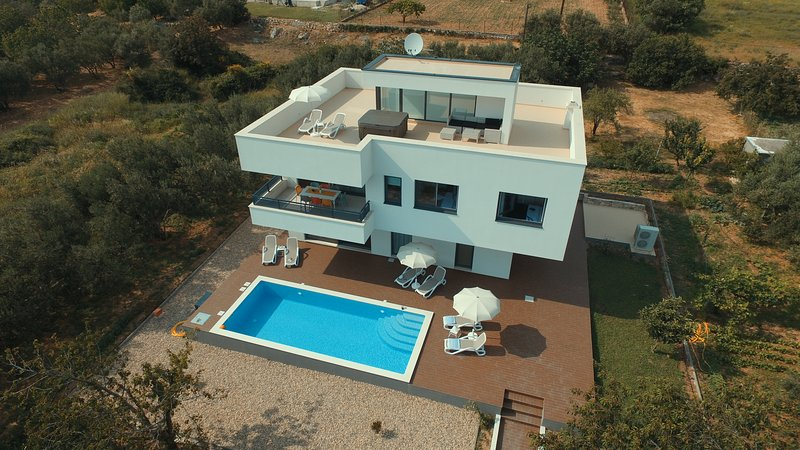 Modern Villa with Private Pool and jacuzzi, vacation rental in Kastela