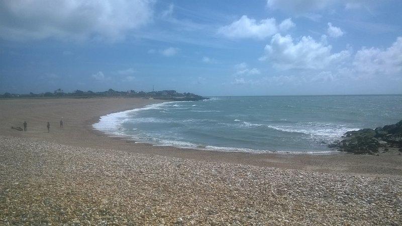 vue panoramique sur la plage de la station de garde-côtes.
