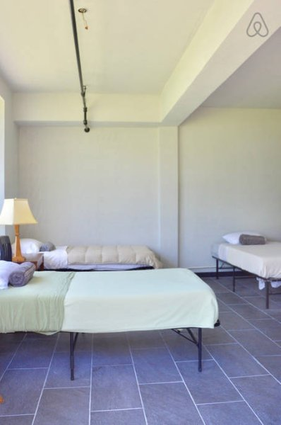 Tendrá una de las camas individuales en la habitación compartida.