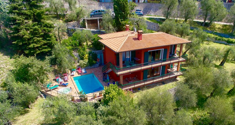 red cottage inside the nature whit 4 bedrooms and 3 bathrooms, casa vacanza a Malcesine