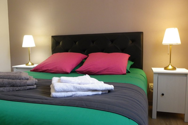APPARTEMENT 4 PERSONNES - 4 KMS PLAGES PORT & GR 34 - 2 H 15 PARIS LGV - PARKING, location de vacances à Plérin
