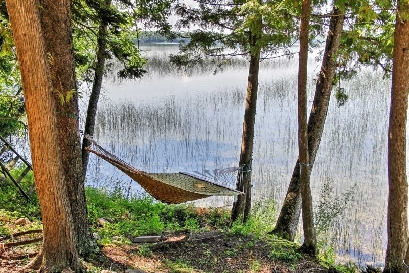 Escápese a este apartamento de alquiler de vacaciones en Deer River con vista al lago de 1 dormitorio y 1 baño.
