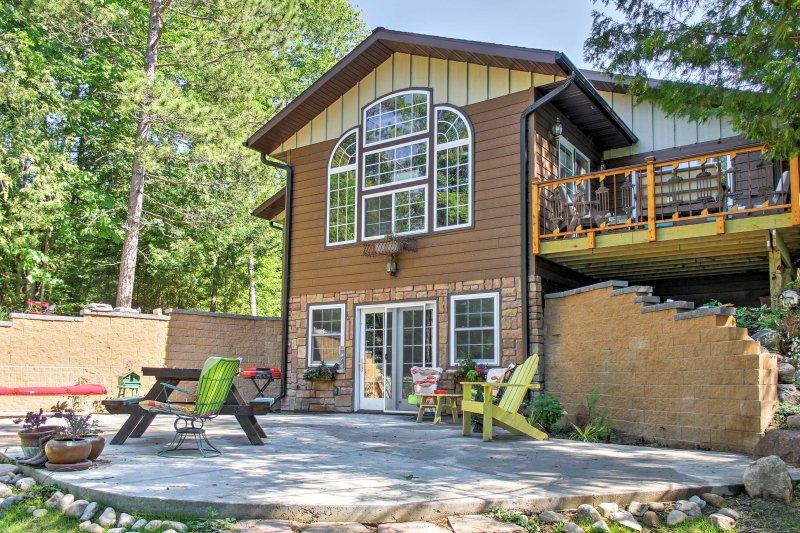 La casa ofrece alojamiento para 4 personas y una amplia zona al aire libre.