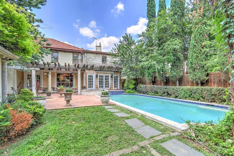 Stately Dallas Home w/Pool, Patio & Entertainment!, alquiler de vacaciones en Highland Park