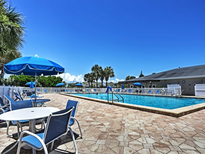 Situated in the Shoreline Towers community, this condo grants you access to a heat pool, sauna, fitness center, tennis courts, and private beach access!
