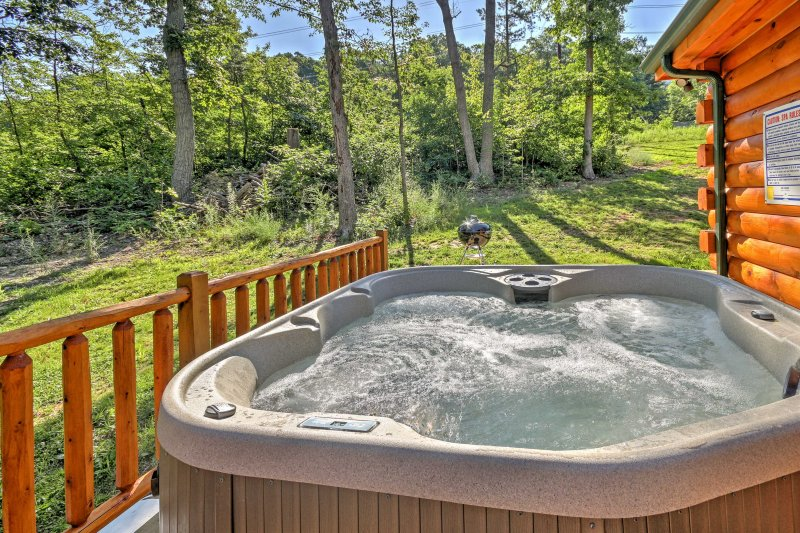 The 1,600-square-foot property in Mt Jackson offers up to 8 guests a beautiful wood interior, private jacuzzi, outdoor firepit, fireplace, and gorgeous views of the mountains and National Forest!