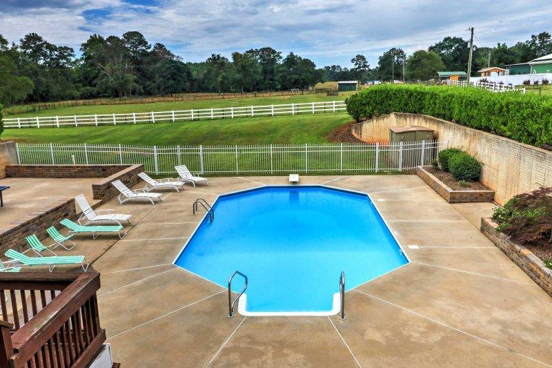 Uma piscina privada é bem no quintal.