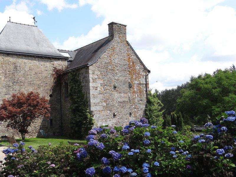 De gîte is gelegen op het terrein van de 16e eeuw Manoir de Kerdeven