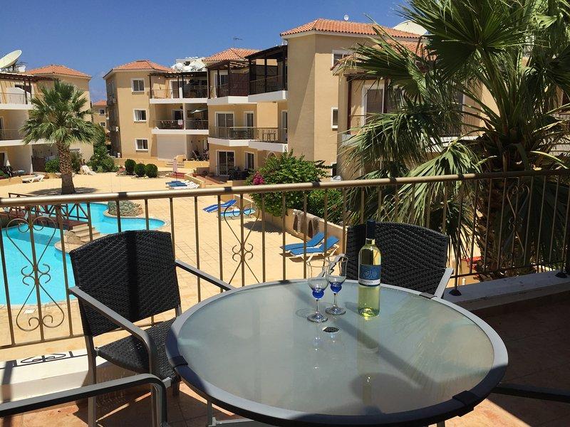 Nuestro balcón con vistas a la piscina