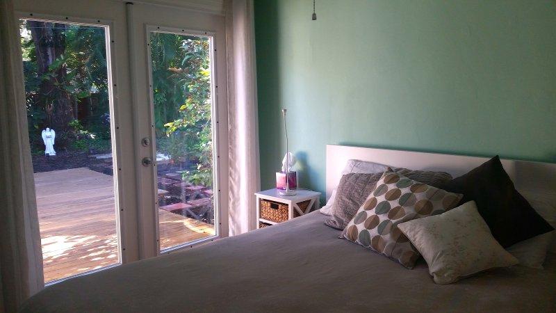 Mooie slaapkamer met terras en een weelderige tuin